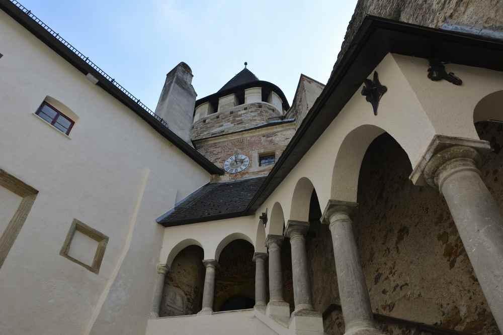 Rechts durch die Torbögen gehen wir hinauf zur Burgbesichtigung im Burgenland