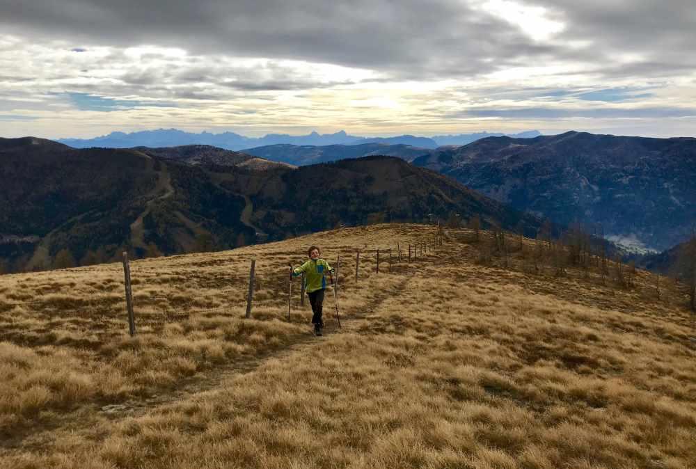 Gipfelspurt! Auf dem Totelitz im Herbst mit Sicht auf die Karawanken