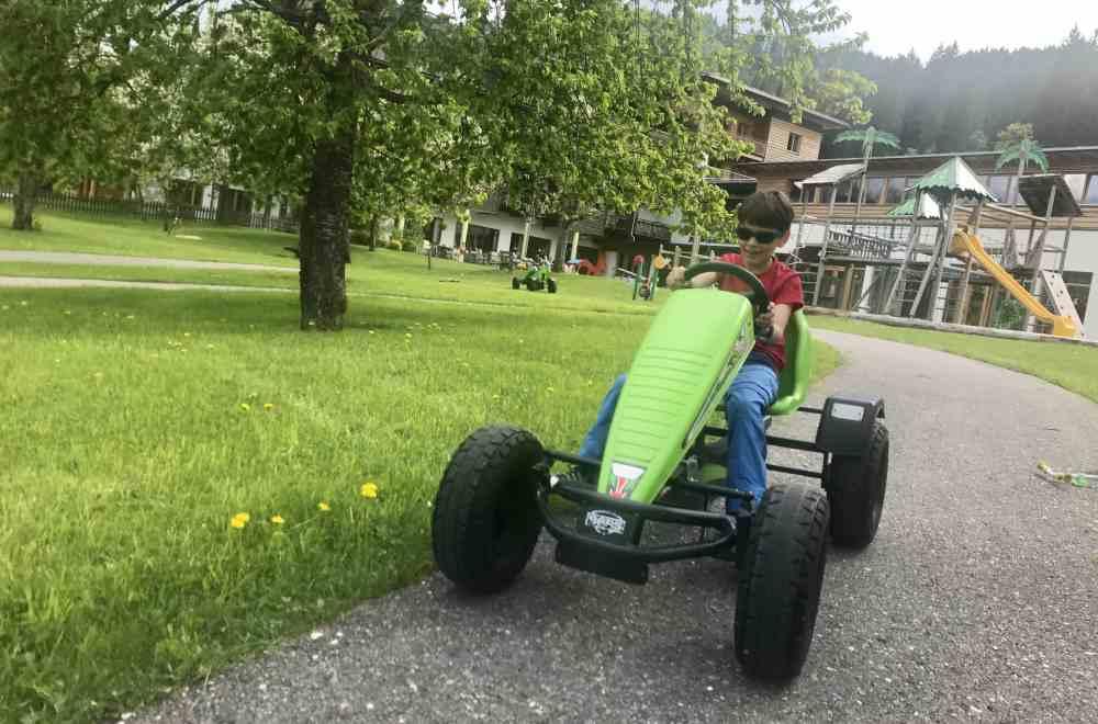 Das gefällt unseren Buben - und auch vielen anderen Kindern im Familienurlaub: Die Traktor-Rennbahn