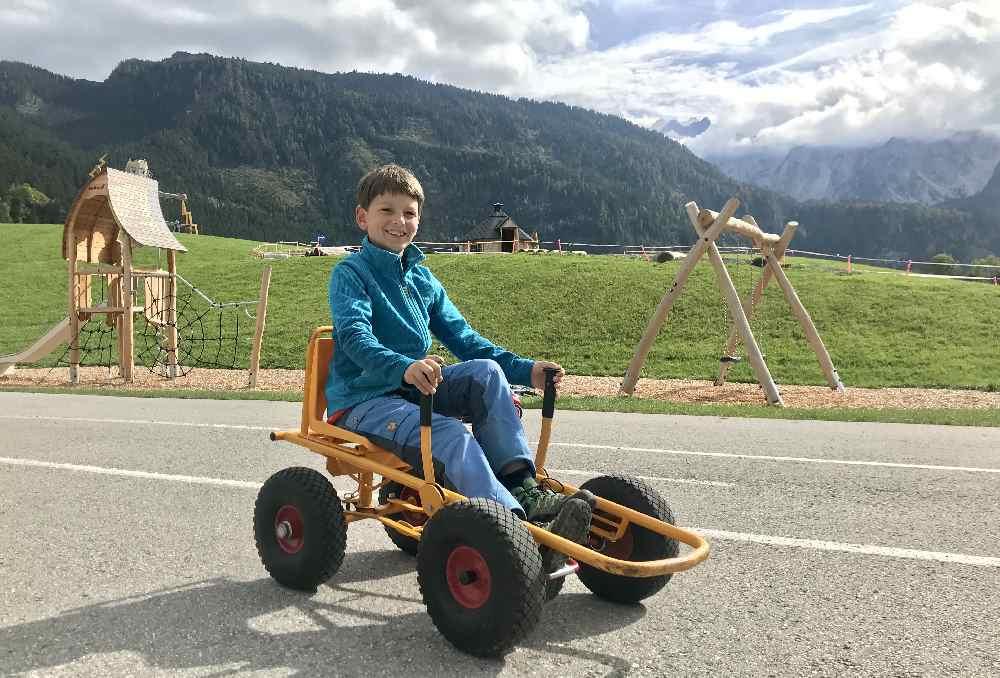 Viel Spaß für Kinder: Mit den Tretautos rund um den Dachsteinkönig flitzen.