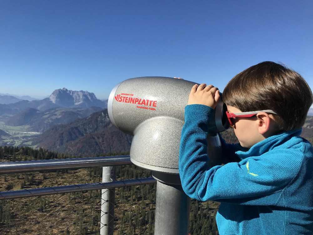 Unser Kleiner sucht mit dem Aussichtsrohr die Namen der Berge - sie sind im Fernglas gekennzeichnet