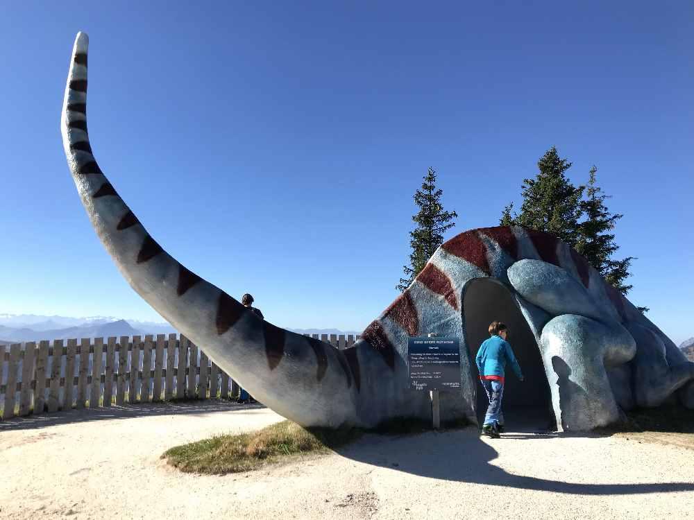 Die riesige Dinosaurier - Rutsche im Triassic Park auf der Steinplatte.