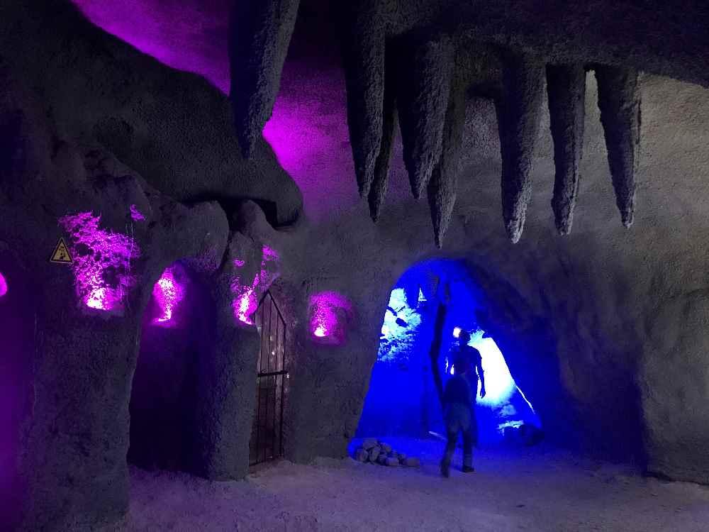 So schaut die künstliche Tropfsteinhöhle auf der Steinplatte aus