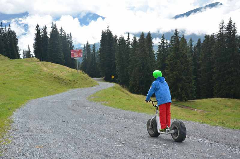 Teenager Action am Berg: Trottinett fahren in Lenzerheide