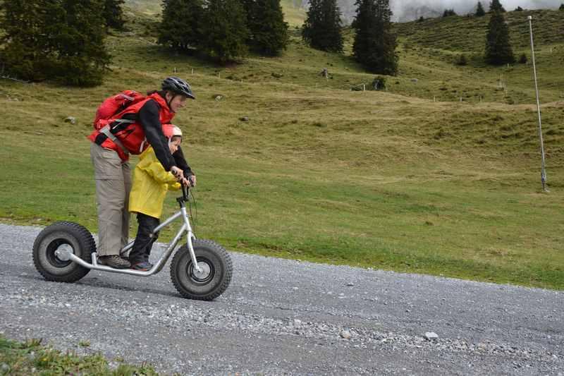 Trottinett fahren mit Kindern - ein Spaß für Mutter und Kind