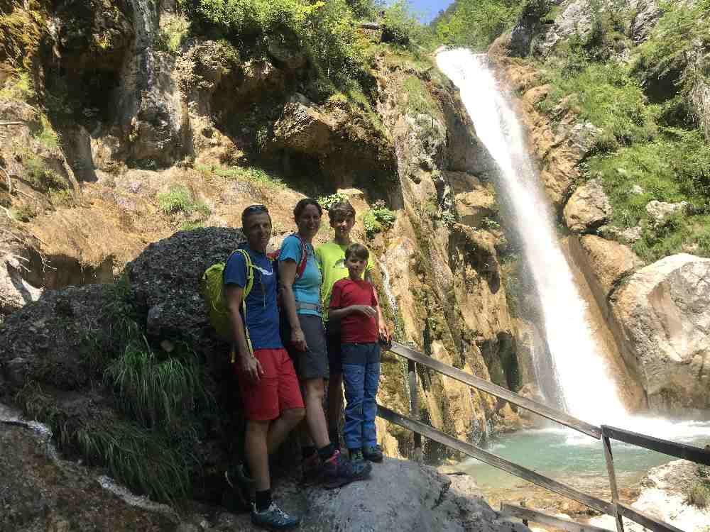 Hier stehen wir am 26 Meter hohen Tschaukofall - dem größten Wasserfall bei unserer Klammwanderung