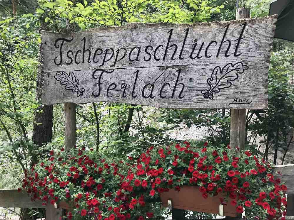 Beim Kassenhäuschen ist der offizielle Eingang samt Schild der Tscheppaschlucht