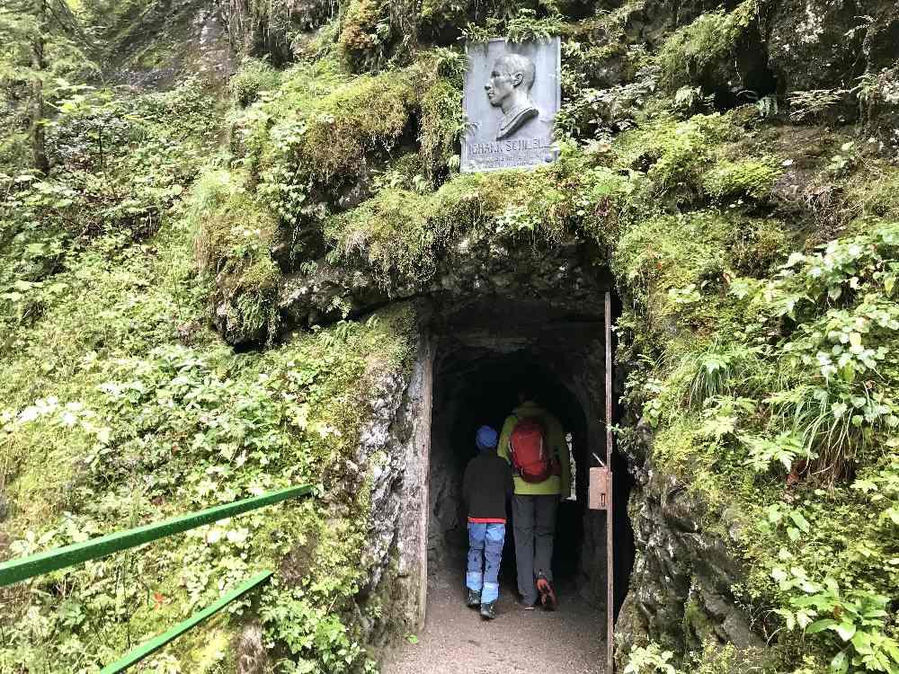 """Der Eingang in den kleinen Tunnel mit der Widmung für Johan Schiebl - dem """"Erfinder"""" der Breitachklamm"""