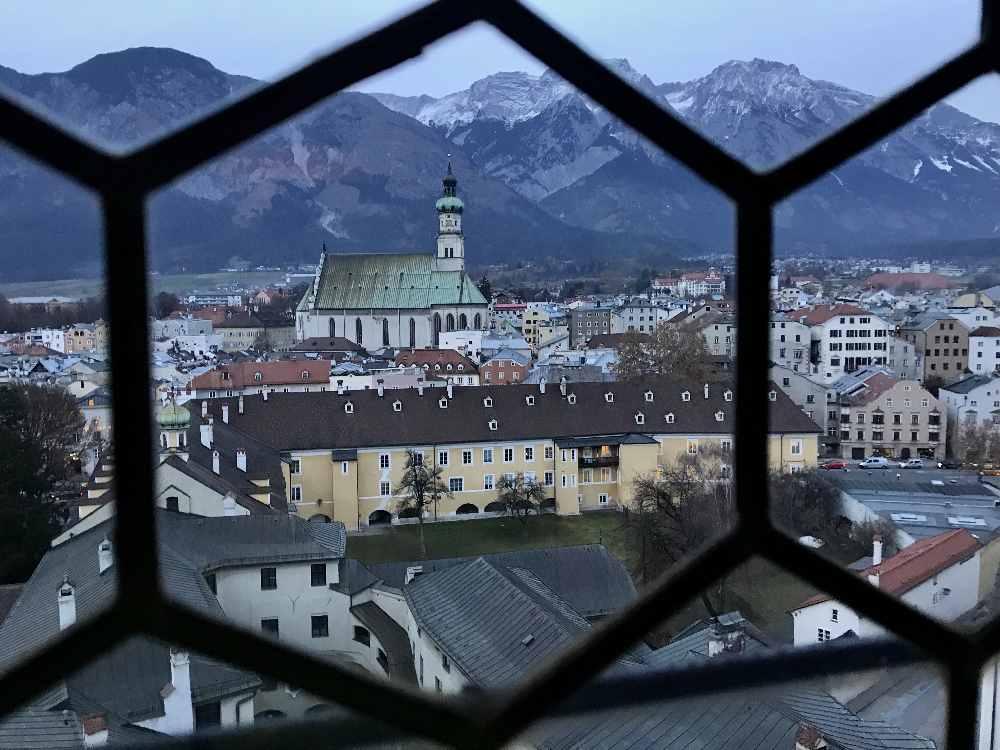 Vom Turm der Burg Hasegg hast du oben diese Aussicht über Hall bis zum Karwendelgebirge