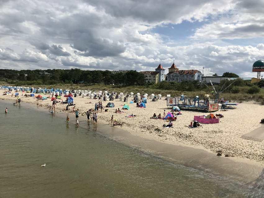 Usedom Strand: Das ist der Blick von der Seebrücke auf den Zinnowitz Strand