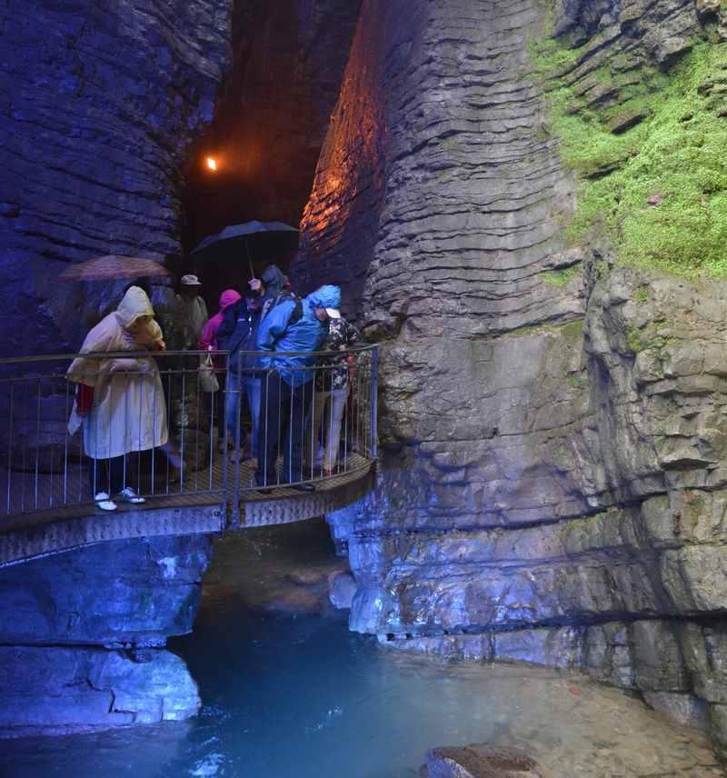 Gardasee Wasserfall - der Varone Wasserfall wird mit farbigen Lichtern beleuchtet