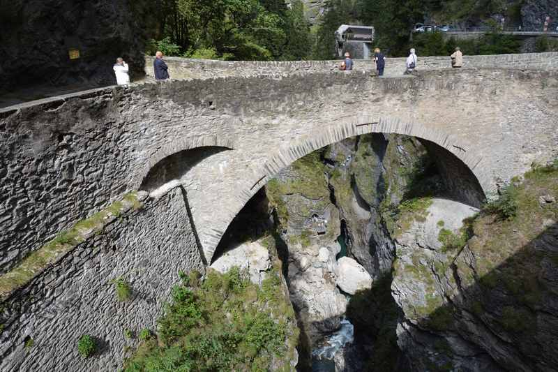 Die eindrucksvolle Brücke in der Via Mala Schlucht bei Thusis