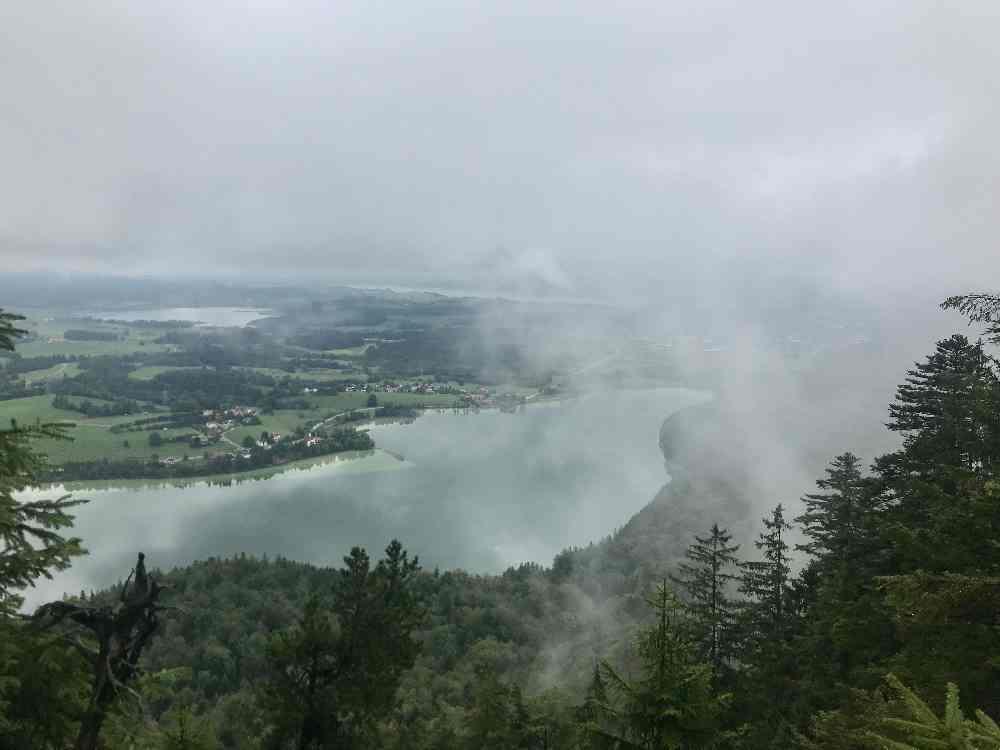 Das ist der Vier - Seen - Blick bei schlechtem Wetter, der größte See ist der Weißensee in Bayern