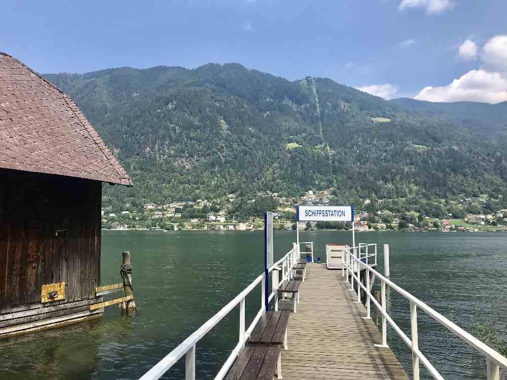 Am Ossiacher See - wir fahren mit dem Fahrrad am See entlang, abkürzen könnte man mit dem Schiff.
