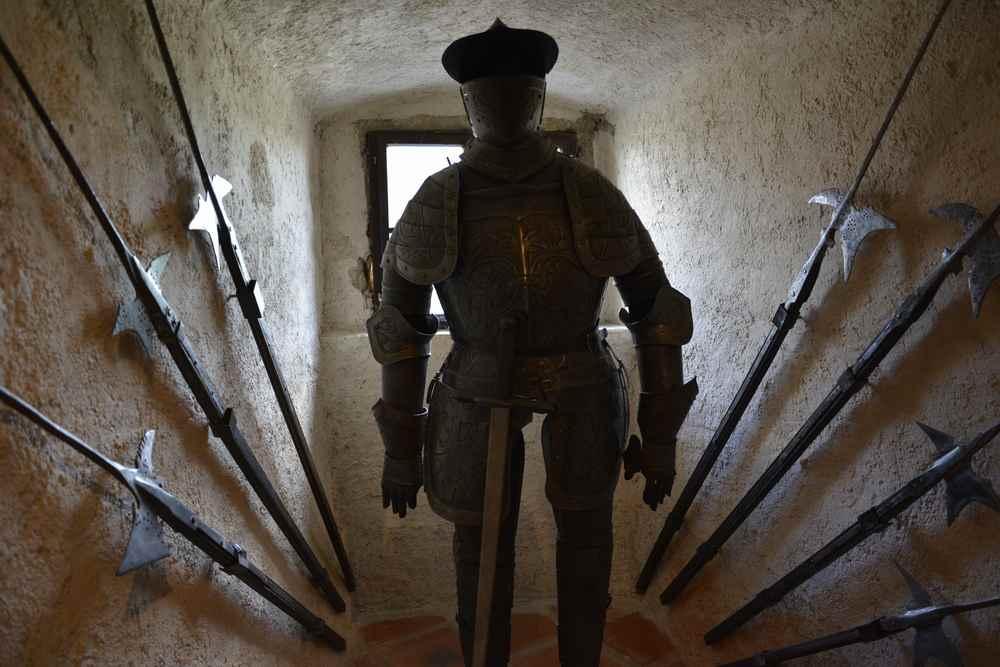 Ein Blick in die Waffenkammer auf Burg Lockenhaus mit Kindern