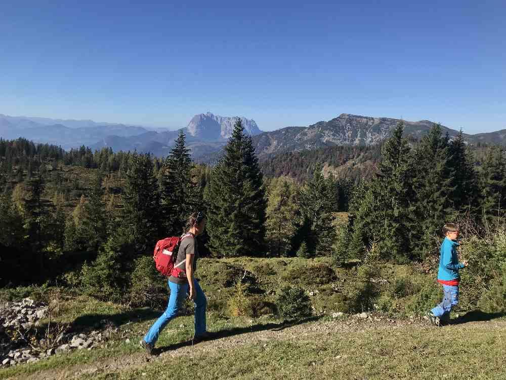 Je weiter wir hinauf wandern, desto schöner ist das Kaisergebirge zu sehen