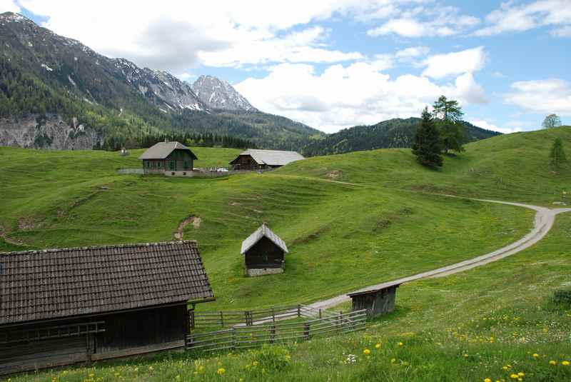Die Hütten der Waisacher Alm oberhalb vom Weissensee