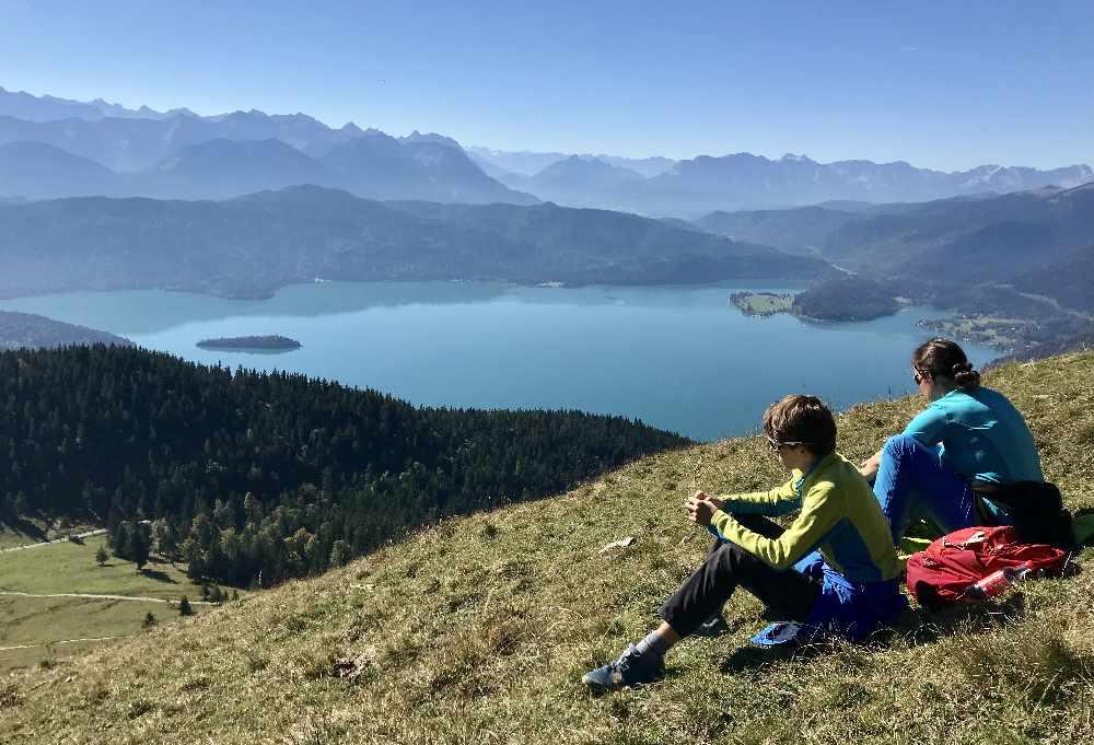 Walchensee wandern mit Kindern:  Wir genießen unterhalb vom Gipfel den Ausblick