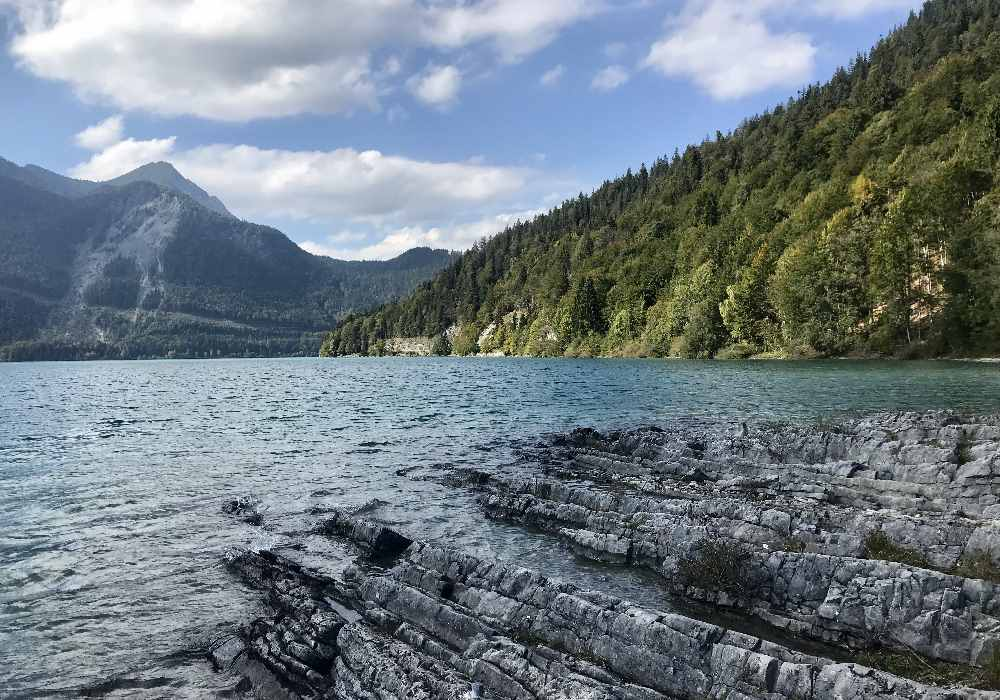 Die kleinen Felsen am Walchensee sind für unsere Kinder ein Spielplatz