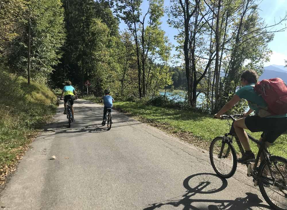 Schön breit und geteert ist der Walchensee Radweg von Urfeld nach Sachenbach