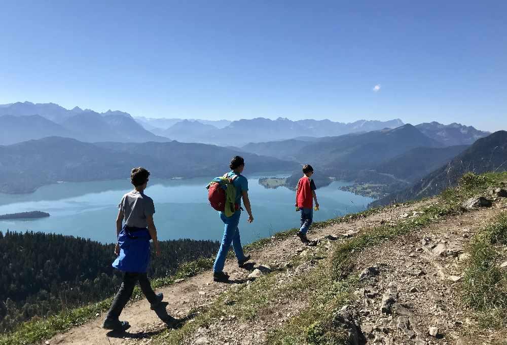 Ein Traum: Am Jochberg - Gipfel unserer Wanderung am Walchensee mit Kindern