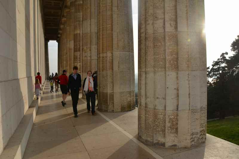 Auf der Wallhalla in Regensburg mit Kindern, zwischen den riesigen Säulen