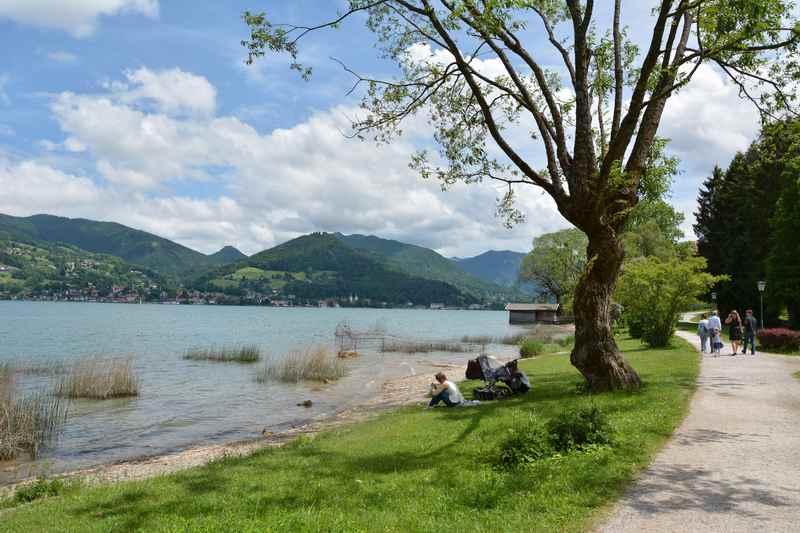 Das ist der breite Wanderweg direkt am Tegernsee in Bad Wiessee