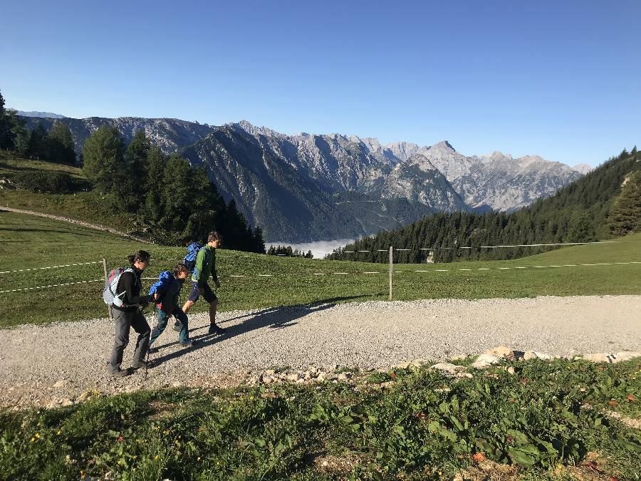 Von der Rofanseilbahn geht es hinein ins Wandergebiet Rofan - mit Blick auf´s Karwendel