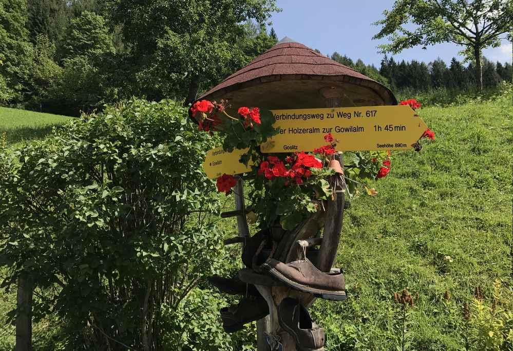 Hier zweigen die beiden Wanderwege zur Gowilalm ab - 616 links im Wald, 617 rechts über die Wiesen