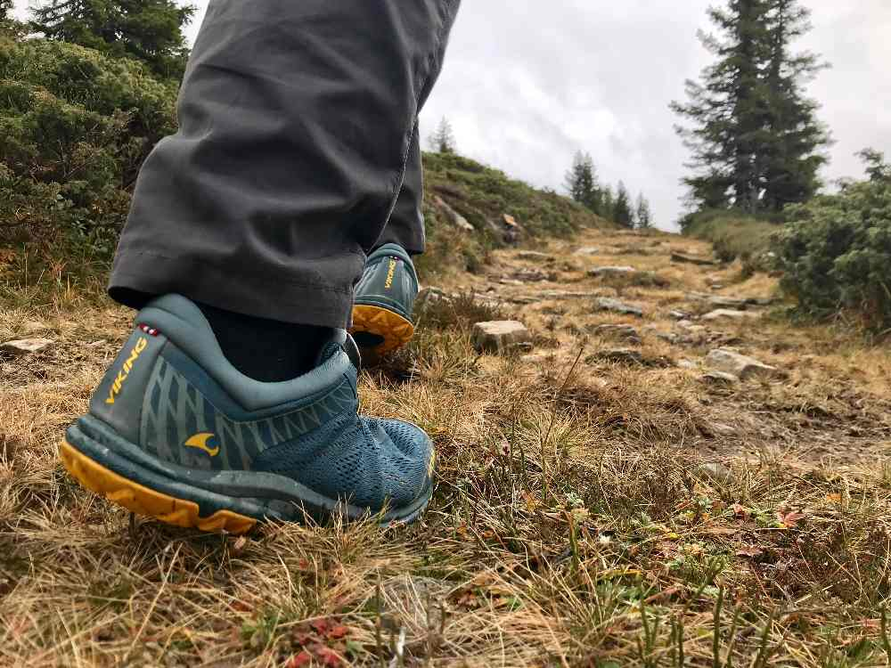 Für leichte Wiesen-Wanderungen reichen definitiv niedrige Schuhe
