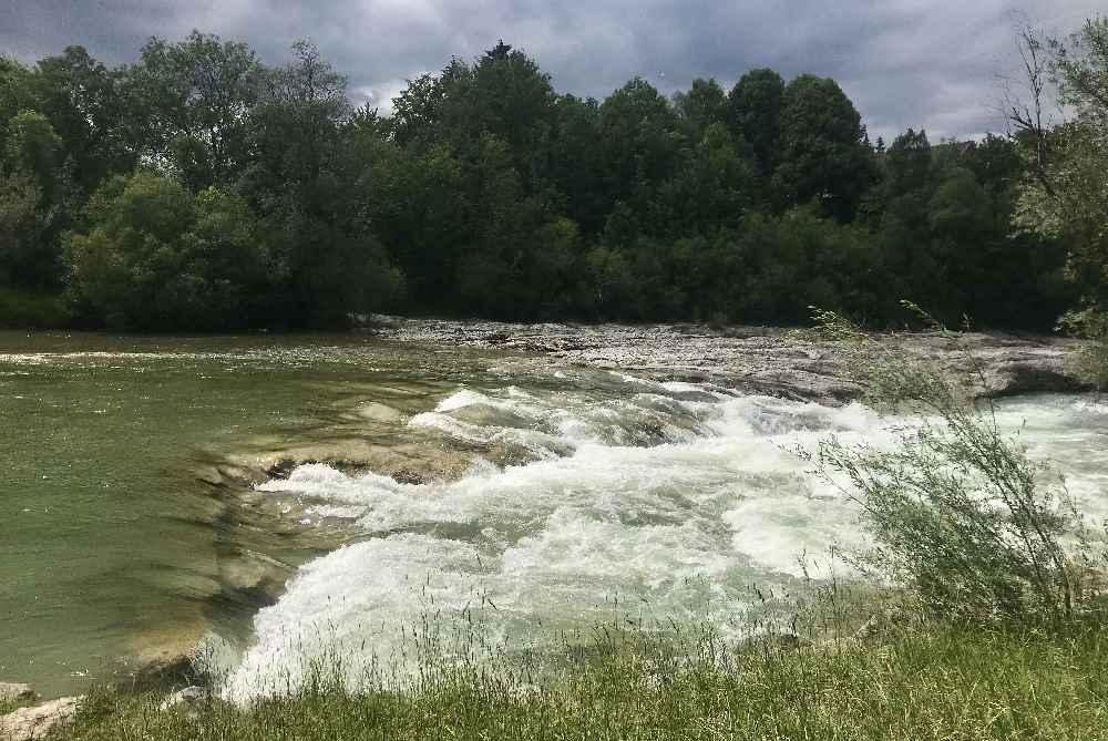 Isarradweg mit Kindern: Auf dem Weg in Richtung Bad Tölz - der Wasserfall der Isar