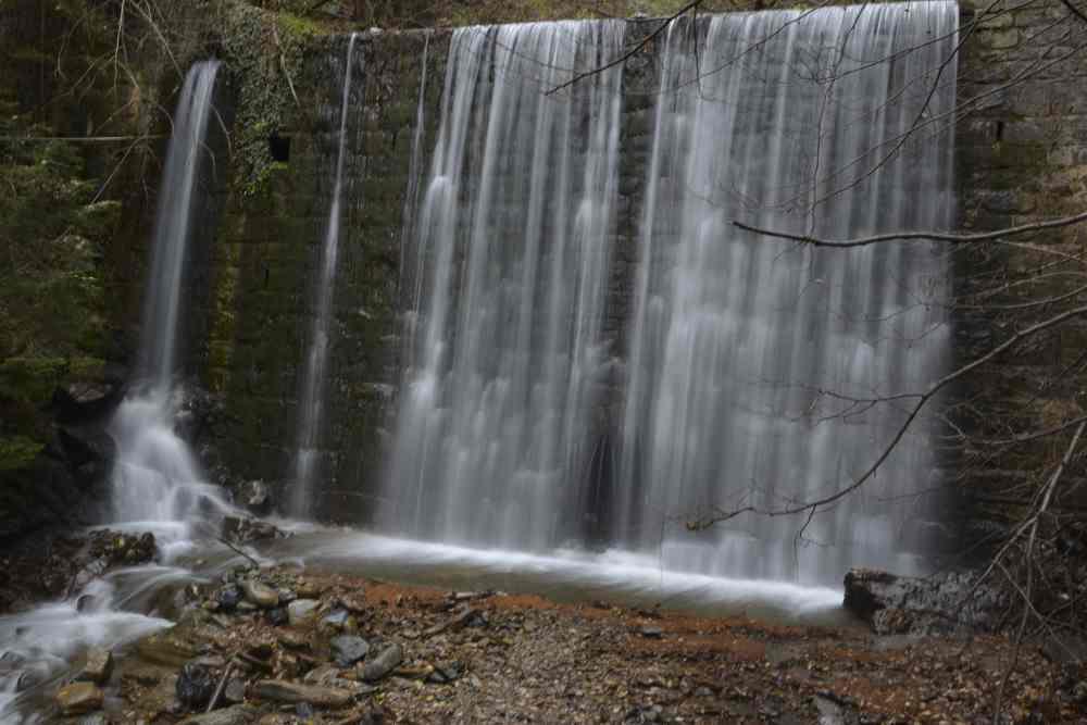 An dieser Mauer fällt das Wasser metertief und bildet diesen Wasserfall