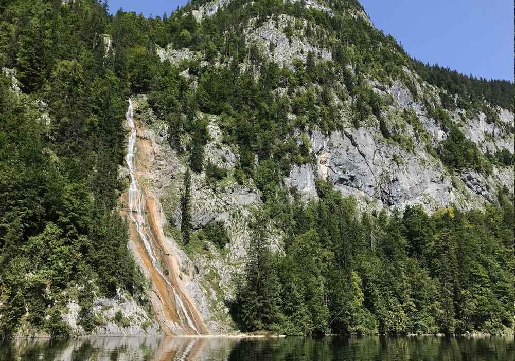 Auch der Drei Seen Tour zu sehen:  Der hohe Wasserfall fließt vom Beerenkogel in den Toplitzsee