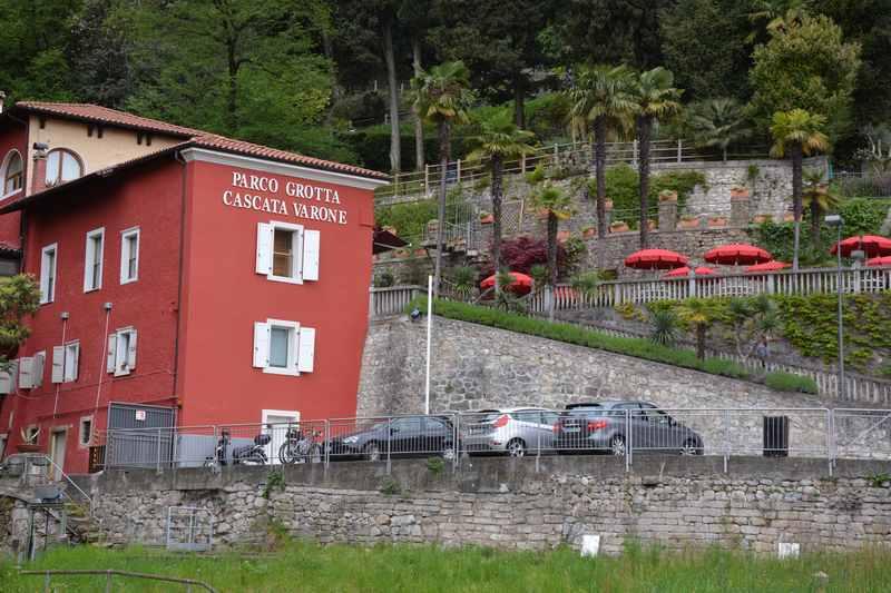 Bis hierhin zum Gebäude geht unsere Radtour am Gardasee zum Wasserfall Varone