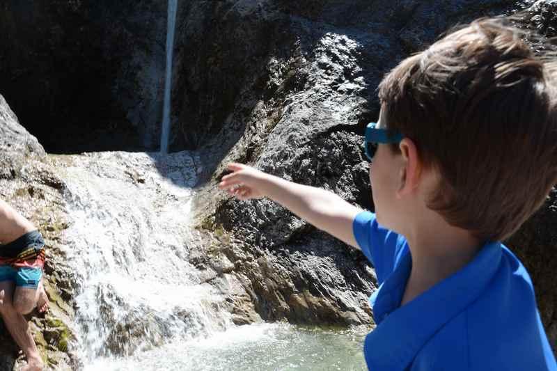 """""""Papa, schau mal der große Wasserfall"""", rufen die Kinder."""