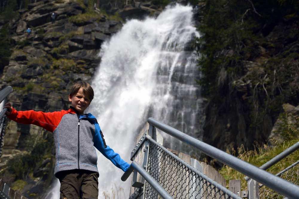 Die Kinder haben Spaß beim Wandern - dahinter tost das Wasser