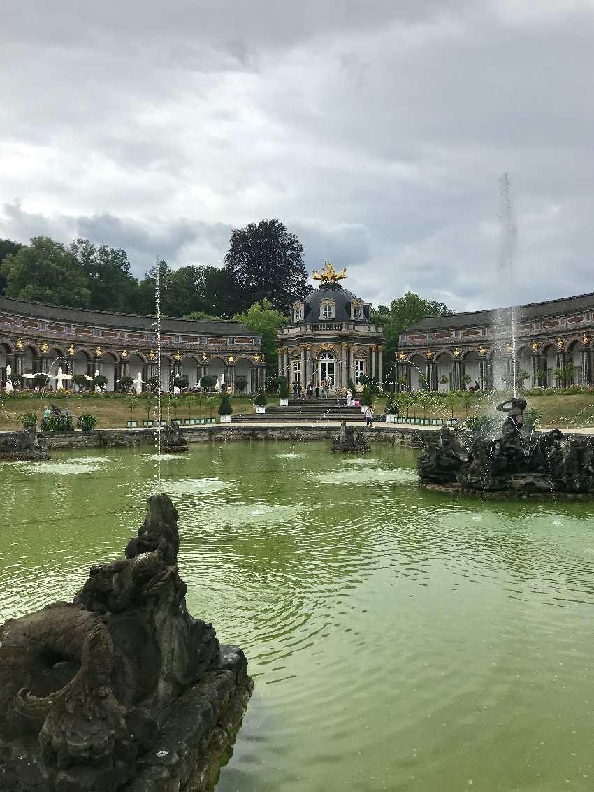Das sind die Wasserspiele Eremitage Bayreuth - meterhohe Wasserfontänen mit Schlosskulisse!