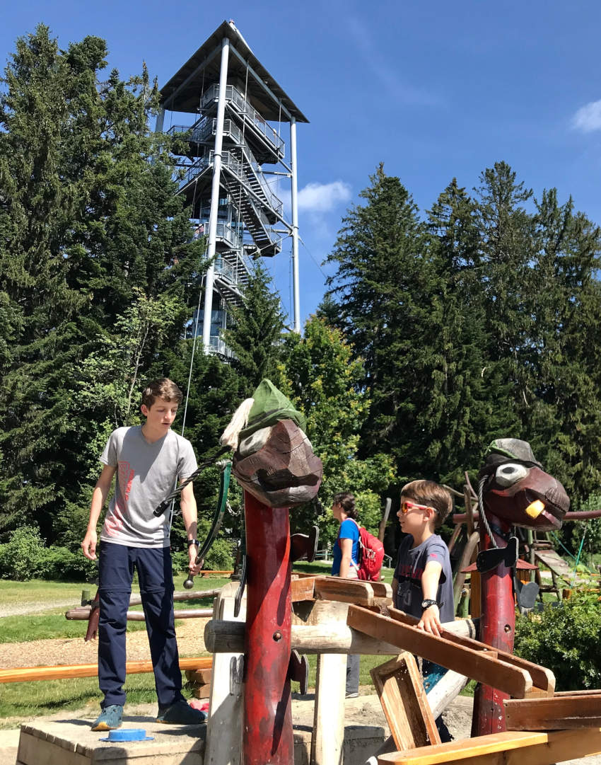 Toller Wasserspielplatz Allgäu - die Kinder können sich die Rinnen selbst legen und das Wasser leiten