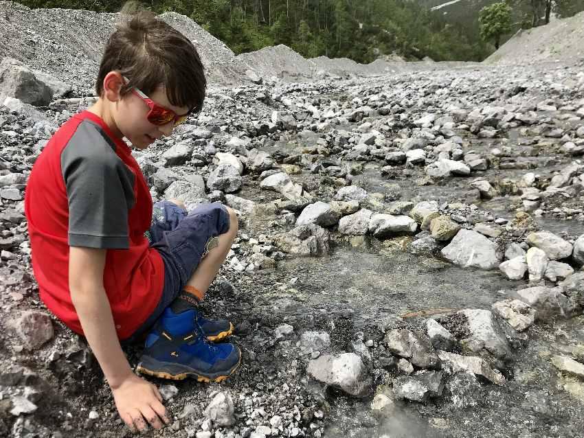Wasserspielplatz der Natur: Mit wasserdichten Wanderschuhen können die Kinder am Stallenbach im Karwendel super spielen