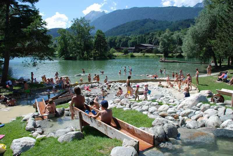 Spielplatz und Baden in Tirol: Der Wasserspielplatz am Badesee Weisslahn in Terfens