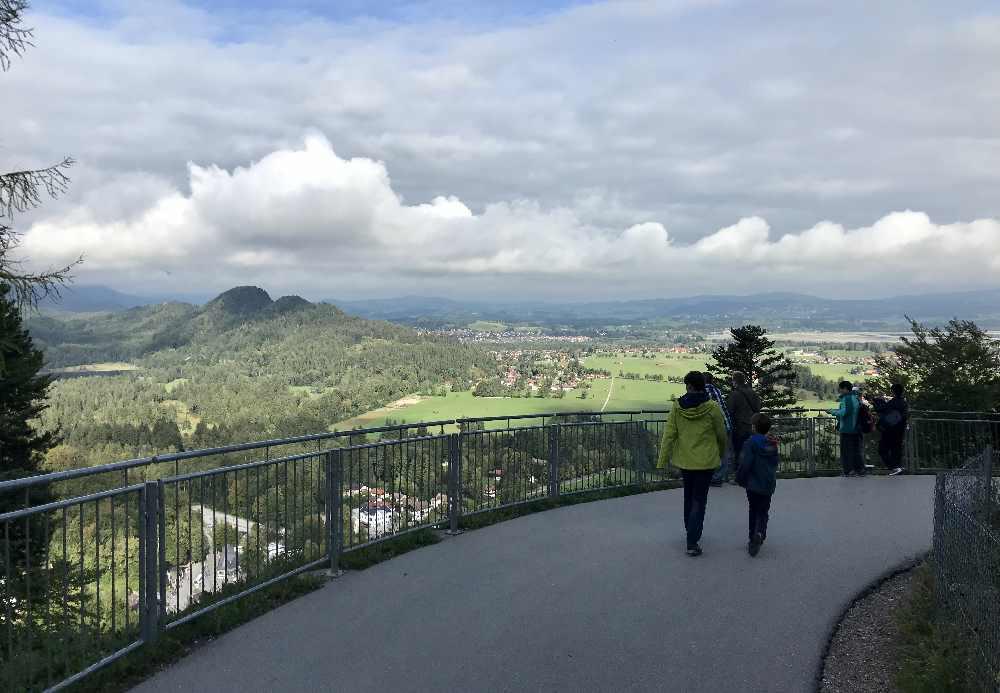 Das ist der Weg zum Schloss Neuschwanstein mit Ausblick auf die Wiesen rund um Schwangau