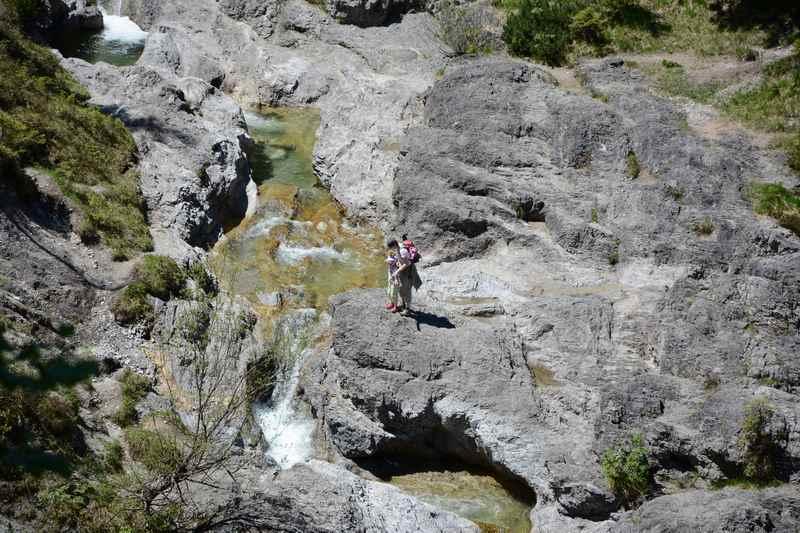 Auf dem Weg zu  Siebenhütten: Die kurze Weissbachklamm sehen wir von oben