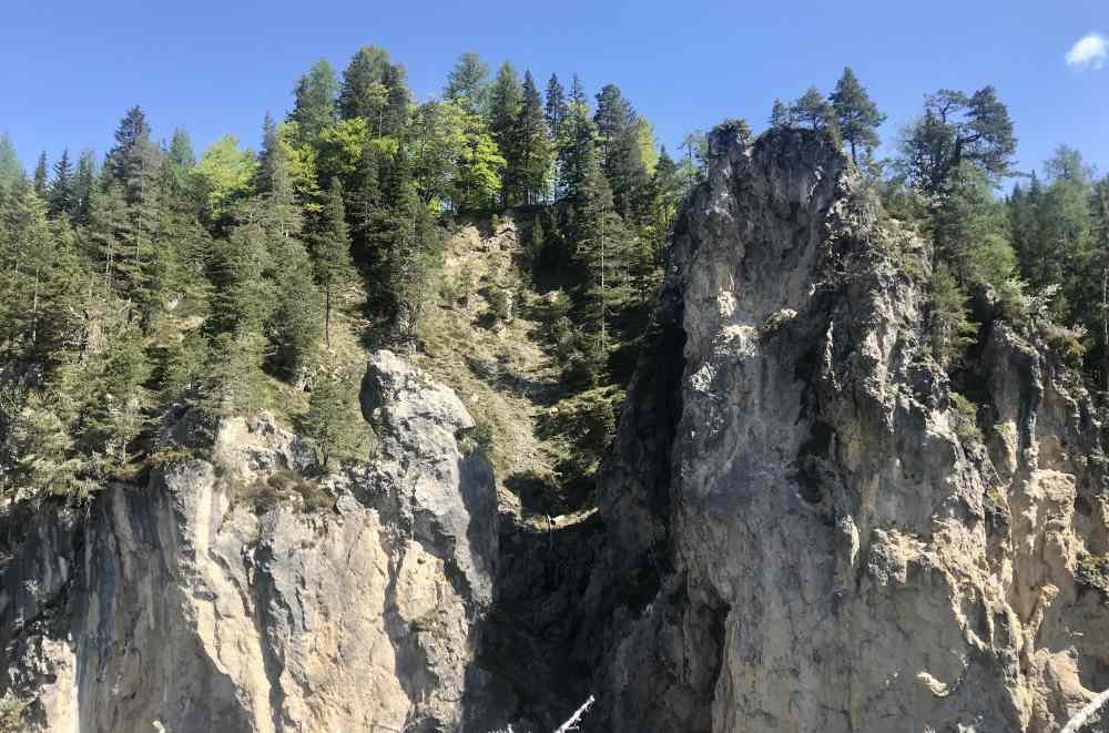 Wir kommen direkt zu den beeindruckenden Felstürmen der Weissen Wand