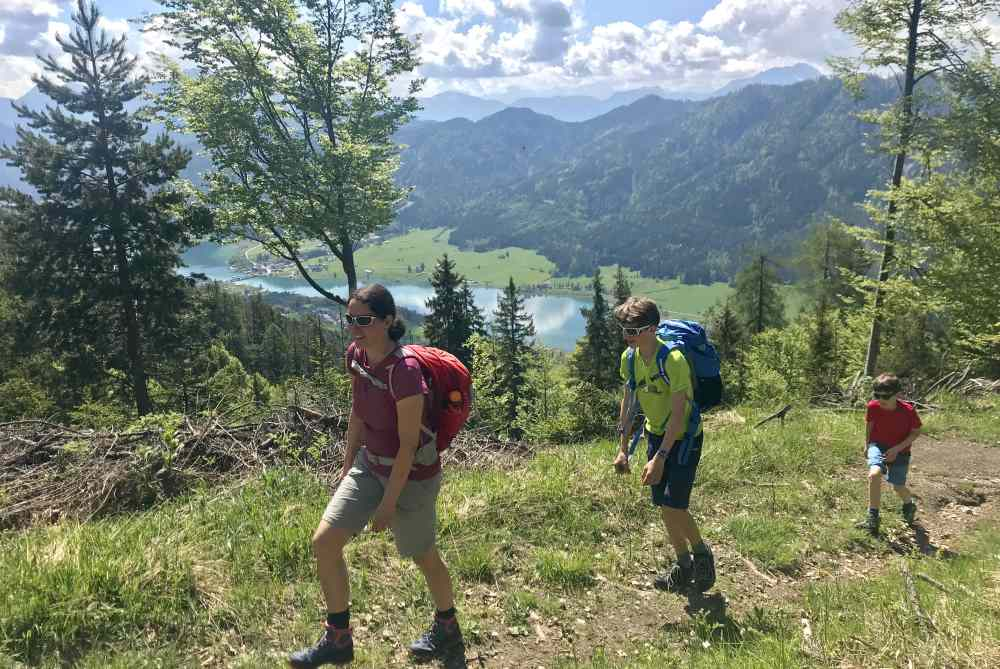 Wandern mit Kindern in Kärnten: Aussichtsreich mit Seepanorama in der Sonne wandern - geht schon sehr gut um Mai am Weissensee