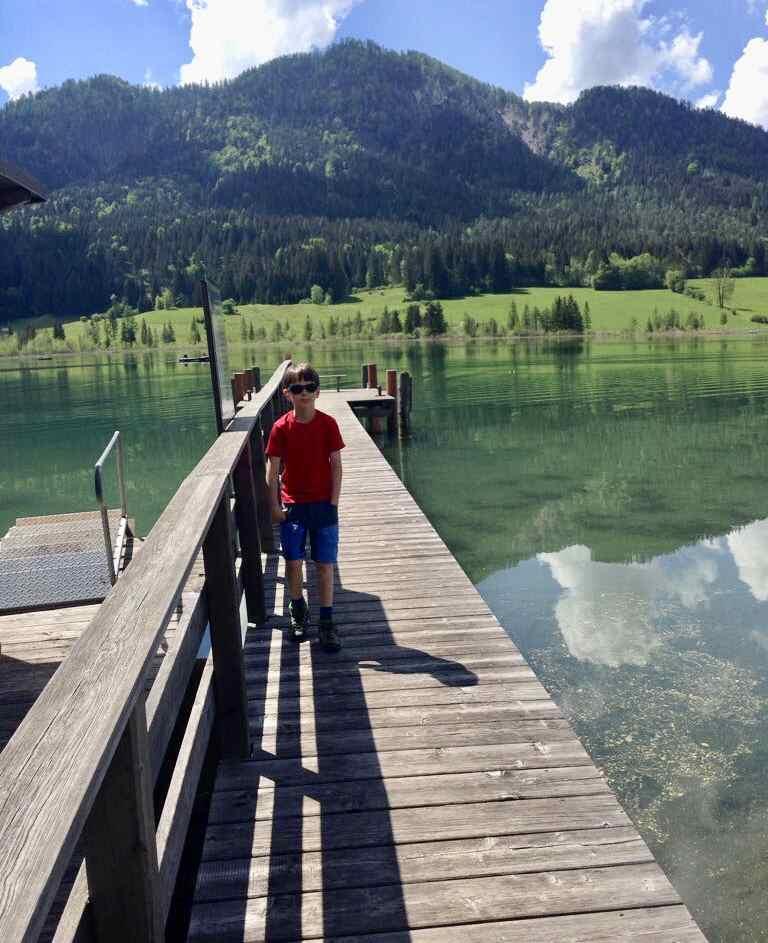 Familienurlaub Österreich: Das ist der Badesteg vom Kreuzwirt am Weissensee