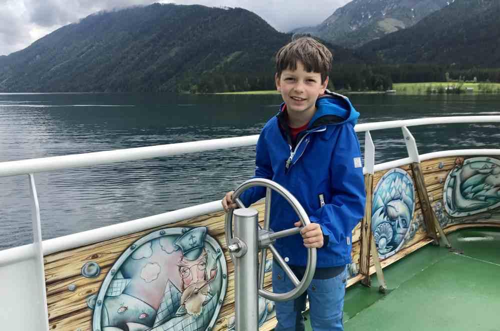 Kurzweilig ist das Schiffahren mit Kindern am Weissensee - es gibt einen Führerstand für kleine Kapitäne