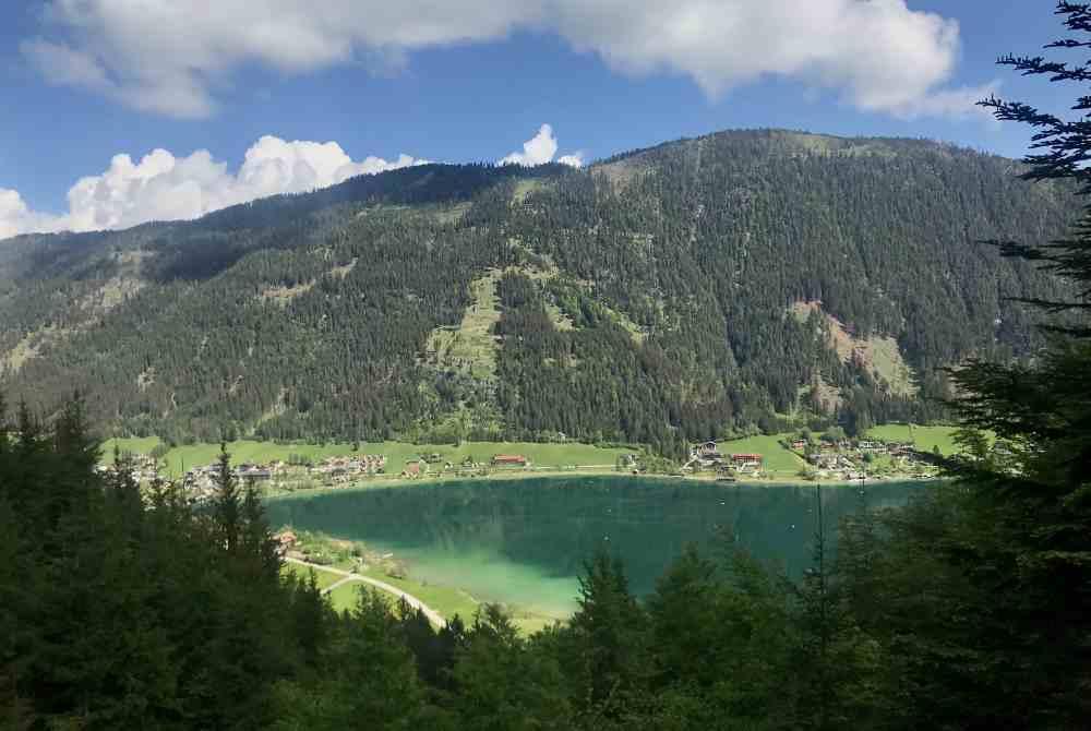 Bei der Bergfahrt schauen wir vom Lift auf den Weissensee