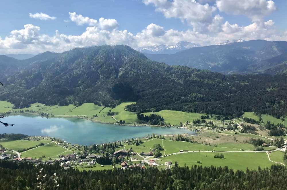 Vom Weissensee wandern wir hinauf - mit dieser tollen Aussicht auf den türkisblauen See in Kärnten