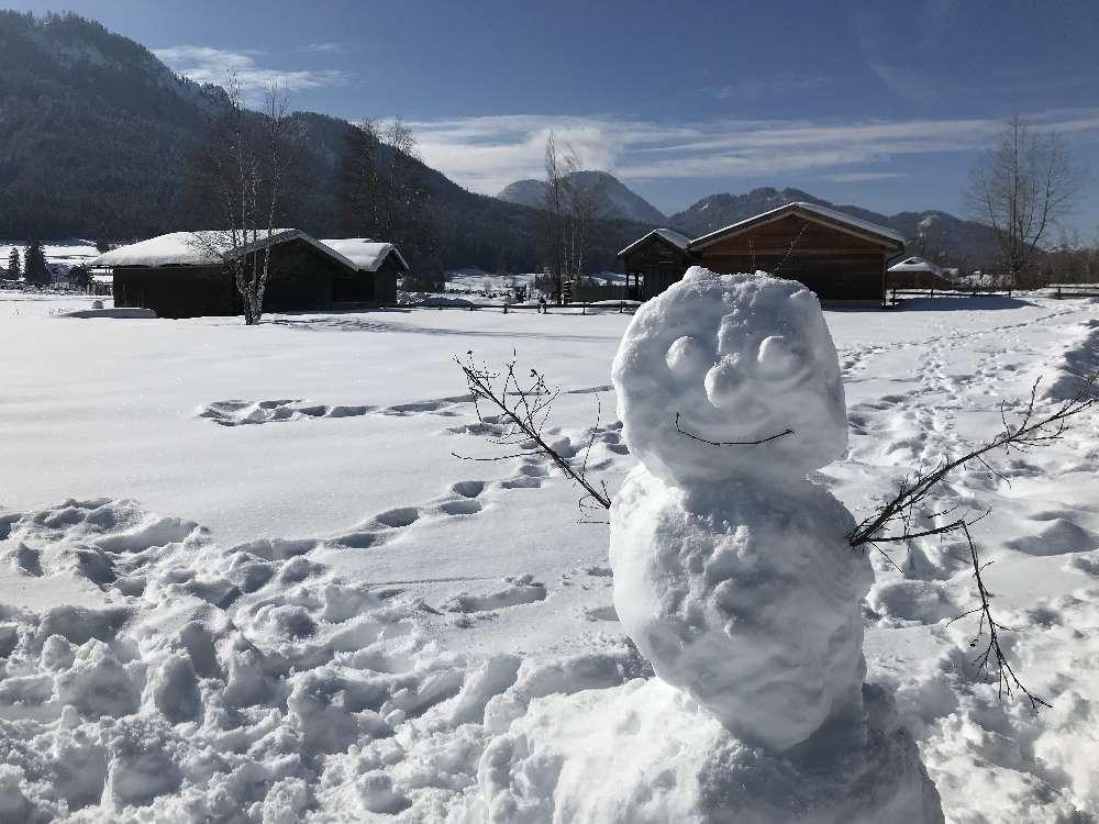 Weissensee eislaufen: Bei der Eisfläche finden wir auch einen Schneemann am Weissensee