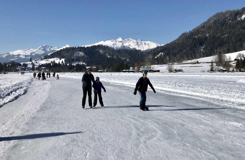 Weissensee eislaufen - Runde um Runde fahren wir mit den Schlittschuhen auf dem Weissensee